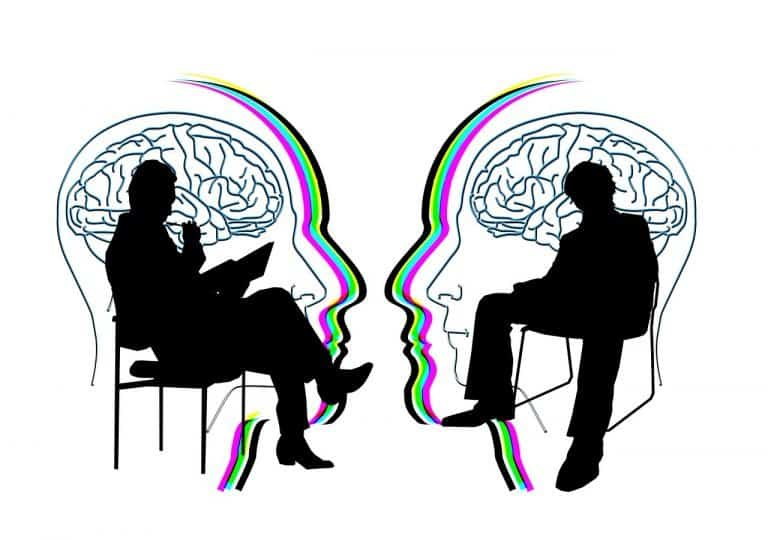 שני אנשים מדברים