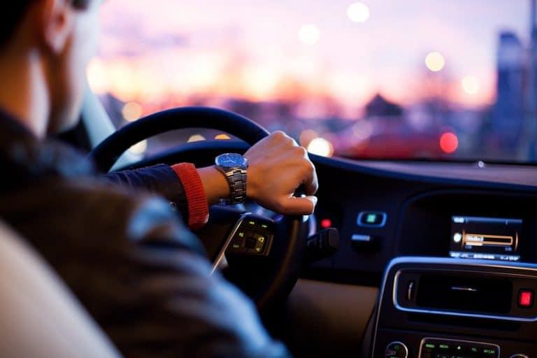גבר נוהג