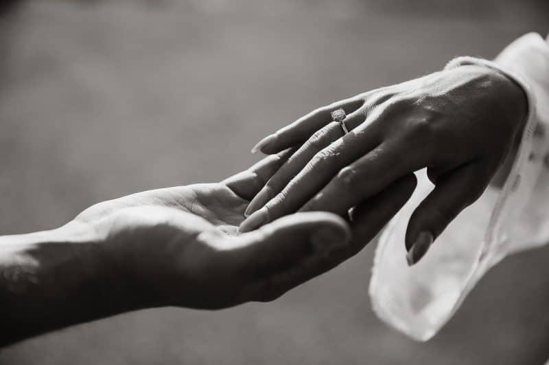 ידיים עם טבעת אירוסין